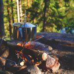 Zanocuj w lesie - ogień, ognisko, kuchenka turystyczna.